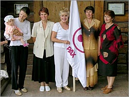 The representatives of the Roerich's museum of Uimon valley and Alicia Rodriges (with the Banner of Peace) at the entrance in the museum.